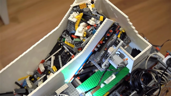 LEGO MACHINE USES MACHINE LEARNING TO SORT ITSELF OUT