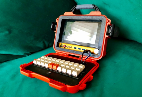 LUNCHBOX-CYBERDECK-IS-A-TASTY-BUILD